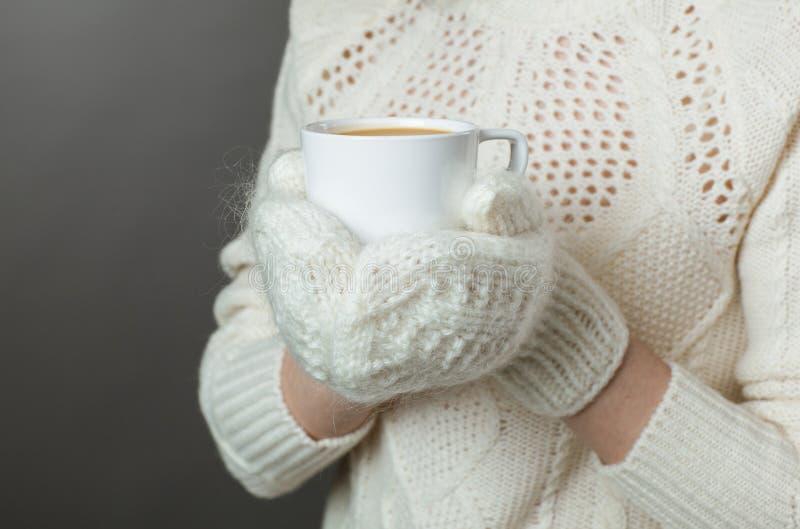 Unerkennbares Mädchengefühl kalt und Holding ein Schale heißen Kaffee stockfoto