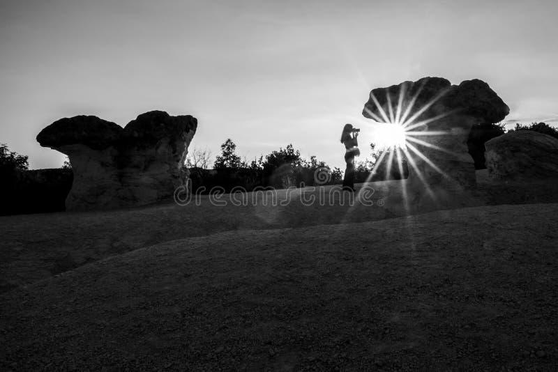 Unerkennbares weibliches Schattenbild bei Sonnenuntergang lizenzfreie stockbilder