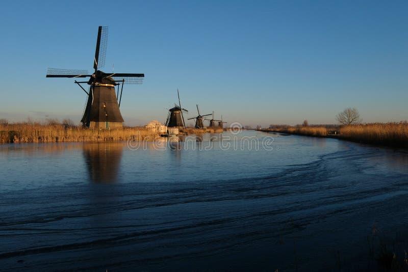 Unesco-de de windmolenstribune van de Werelderfenis als wateren is gedeeltelijk bevroren in Kinderdijk, dichtbij Rotterdam Nederl stock foto