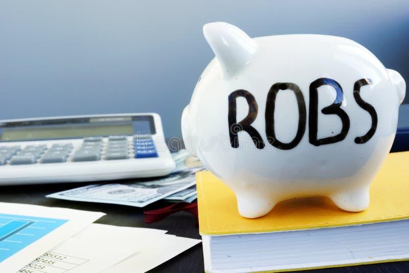 Unfall für Firmenneugründungen ROBS geschrieben auf ein Sparschwein lizenzfreies stockbild