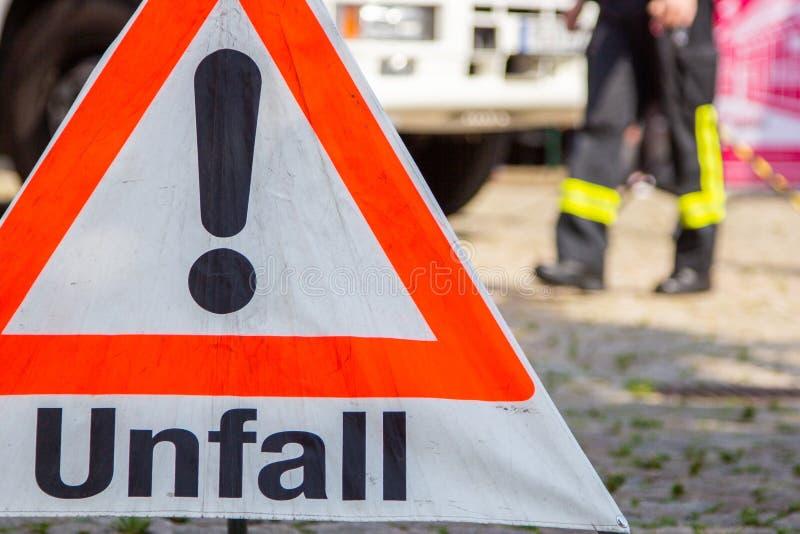 Unfall-Verkehrszeichen von der deutschen Feuerwehr stockfotografie
