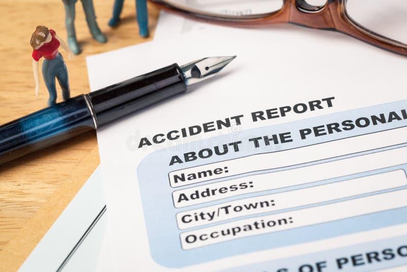 Unfallberichtanmeldeformular und -stift auf braunem Umschlag und e lizenzfreie stockfotos