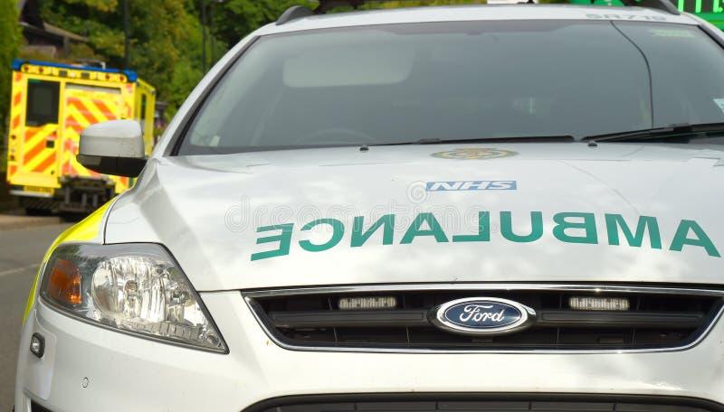 Unfallszene mit Krankenwagen- und Erstversorgerfahrzeug stockfotografie