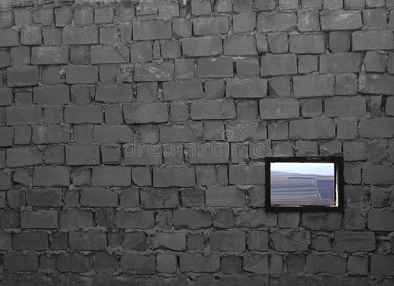 Unfertige Backsteinmauer mit einem Fenster, mit einer rustikalen Landschaft lizenzfreies stockfoto