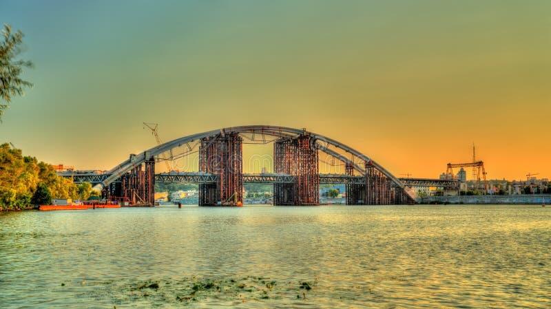 Unfertige Brücke über dem Dnieper in Kiew, Ukraine lizenzfreie stockfotos