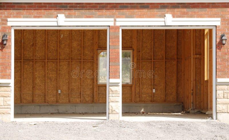 Unfertige doppelte Garage mit einem Fenster lizenzfreies stockfoto