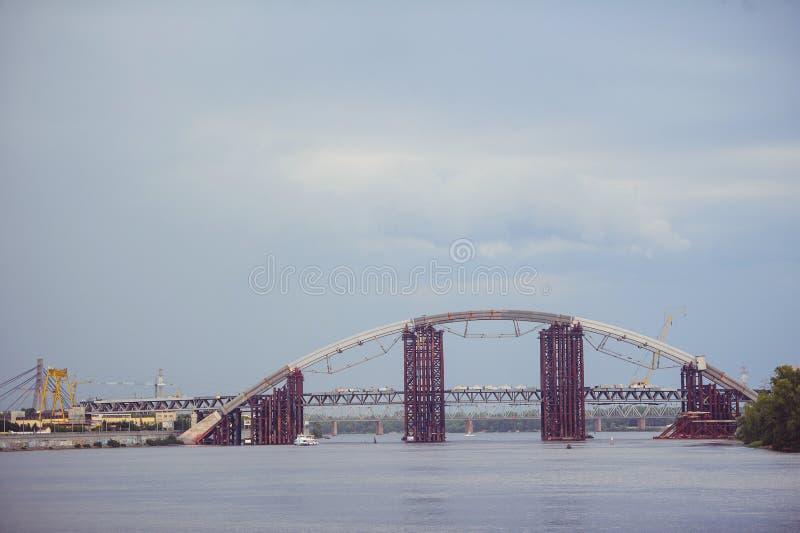 Unfertige kombinierte Brücke und Metrobrücke Installation eines Stahlbogens Unfertige Podolsky-Brücke lizenzfreie stockbilder