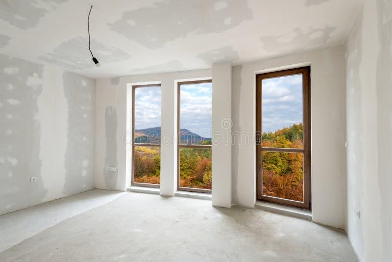 Unfertiger Gebäudeinnenraum (schließt Beschneidungspfad) mit ein stockfoto
