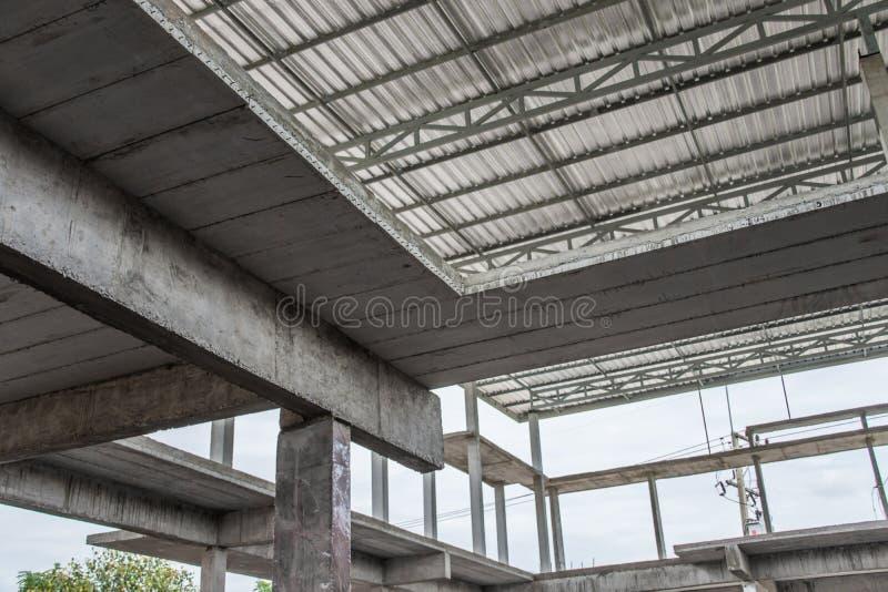 Unfertiger Innenraum des Hauses im Bau an der Baustelle lizenzfreie stockbilder