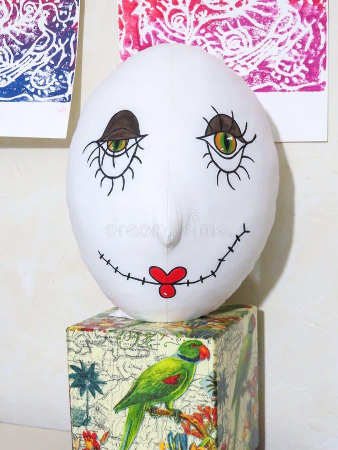 Unfertiger Kopf der genähten und gemalten gruseligen Puppe stockfoto