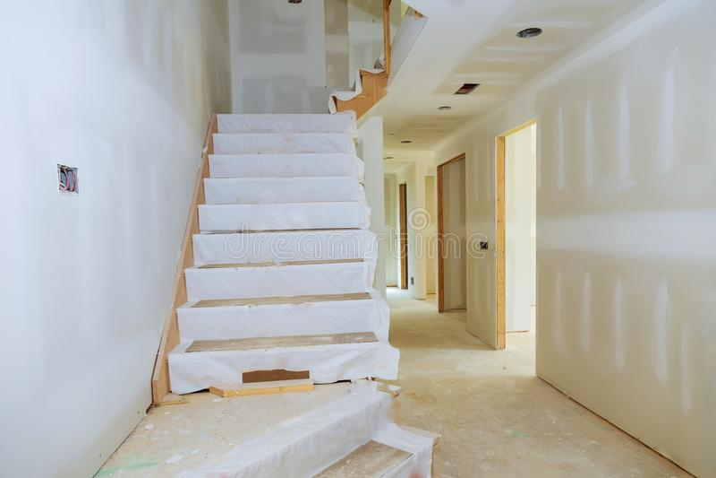 Unfertiger Raum des inneren Hauses im Bau lizenzfreies stockbild