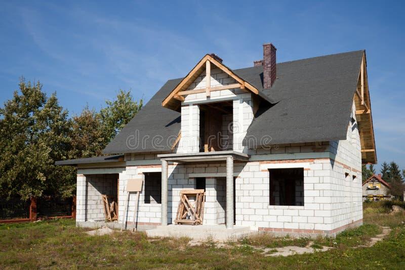Unfertiges Haus des Ziegelsteines stockfoto