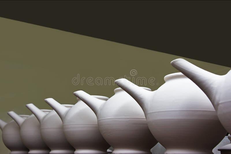 Unfired Clay Teapots in una fila fotografie stock