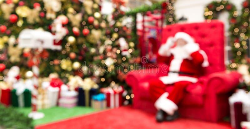 Unfocused tło z prezentami, choinką i Święty Mikołaj, fotografia stock