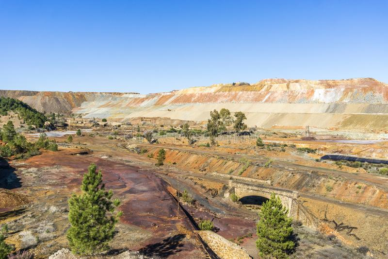 Unfruchtbar, Industrielandschaft in Minas de Riotinto, Spanien lizenzfreie stockbilder