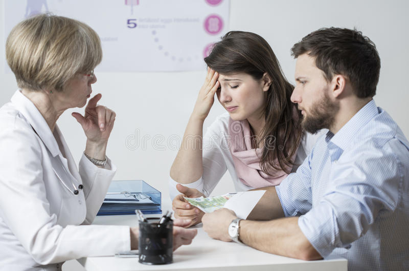Unfruchtbare Paare, die ein Bestechungsgeld geben lizenzfreies stockbild