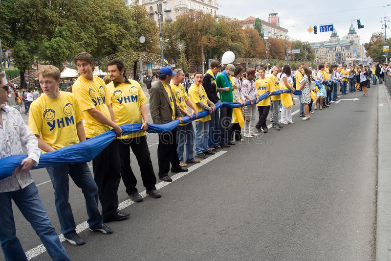 Unfurling da bandeira nacional de Ucrânia foto de stock royalty free