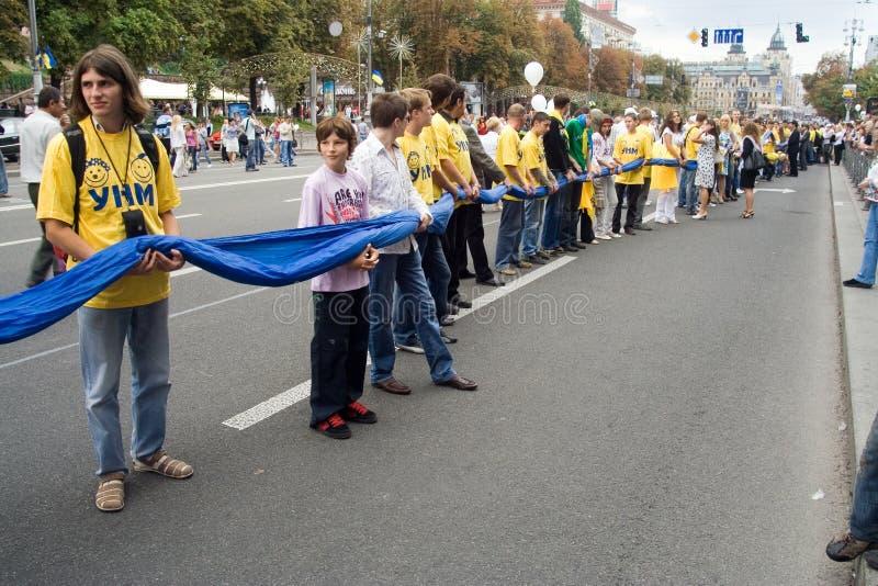 Unfurling da bandeira nacional de Ucrânia fotos de stock