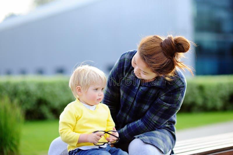 Ung älska asiatisk kvinna med den gulliga caucasian litet barnpojken arkivbilder