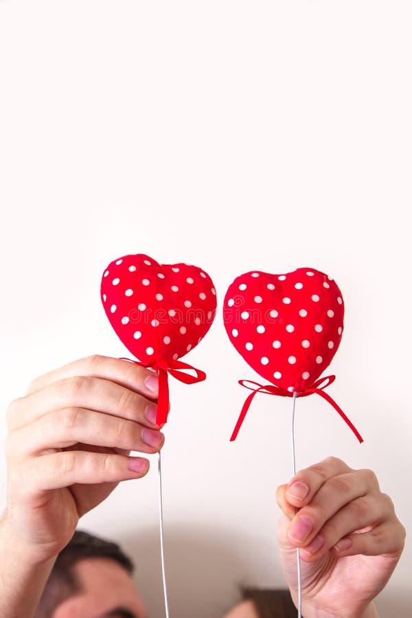 Ung älska dag för ` s för valentin för förälskelse för symbol för hjärtor för parinnehavhänder röd royaltyfri fotografi