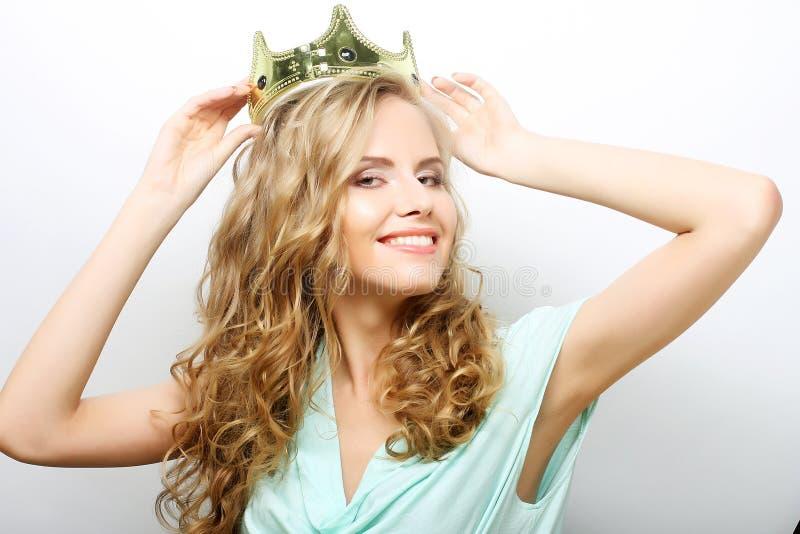 Ung älskvärd kvinna i krona royaltyfria foton