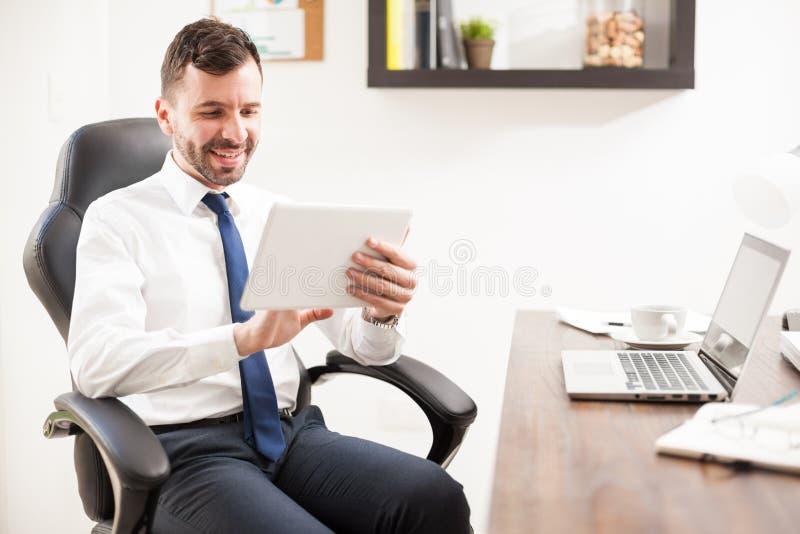 Ung advokat som använder en minnestavla på arbete arkivbild