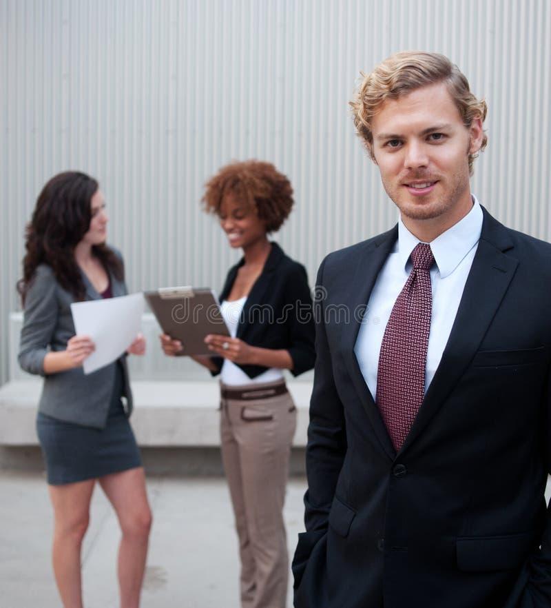 Ung affärsgrupp som tillsammans plattforer på kontoret arkivfoton