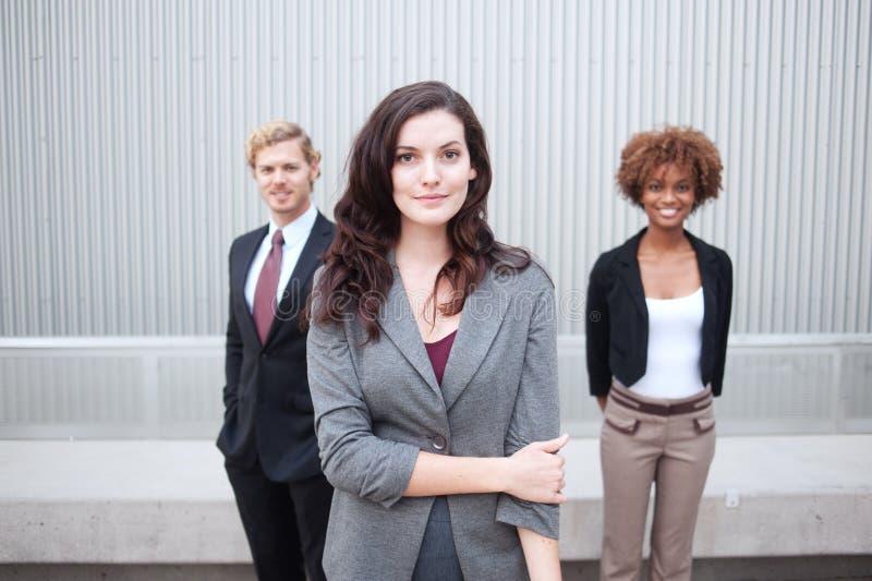 Ung affärsgrupp som tillsammans plattforer på kontoret royaltyfri fotografi