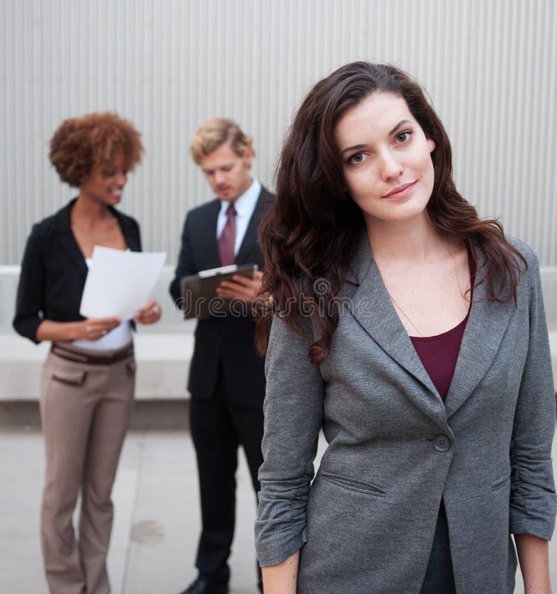 Ung affärsgrupp som tillsammans plattforer på kontoret arkivbilder