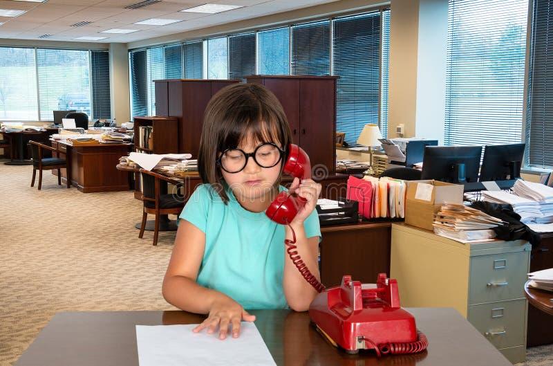 Ung affärskontorsflicka, arbetare arkivbild