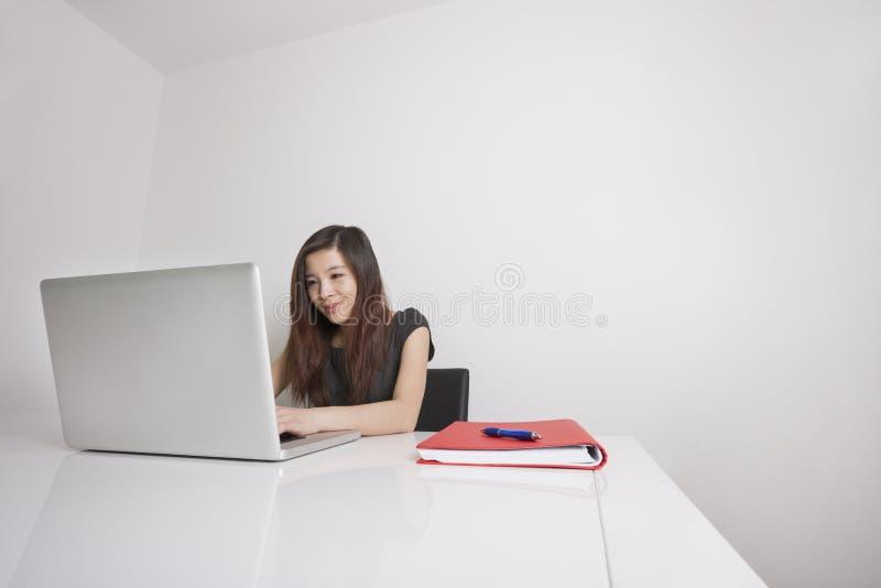 Ung affärskvinna royaltyfri foto