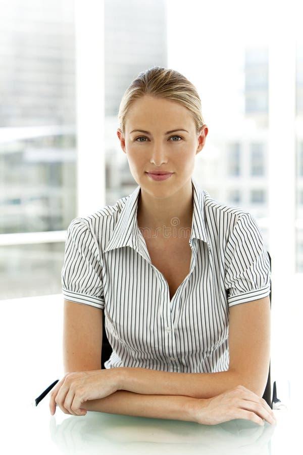 Ung affärskvinna royaltyfria foton