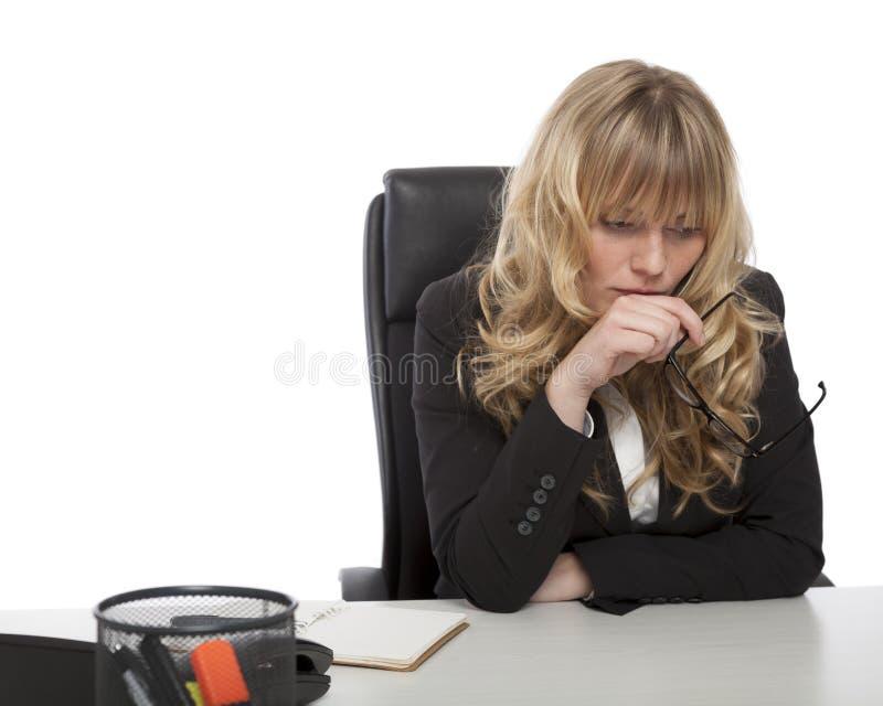 Ung affärskvinna djupt i tanke arkivfoton