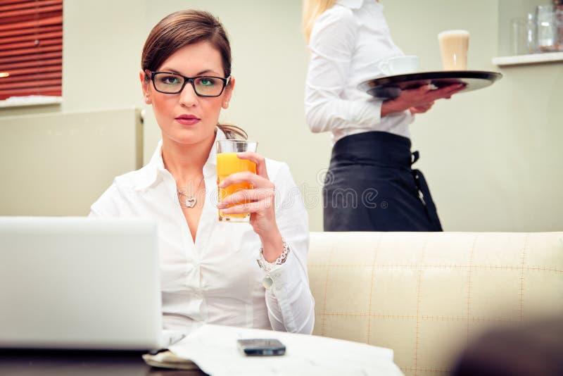 Ung affärskvinna In ett kafé royaltyfria bilder