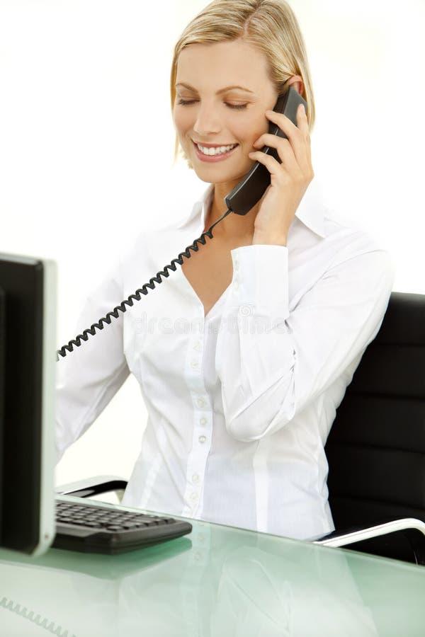 Ung affärskvinna för blont hår på telefonen royaltyfria bilder