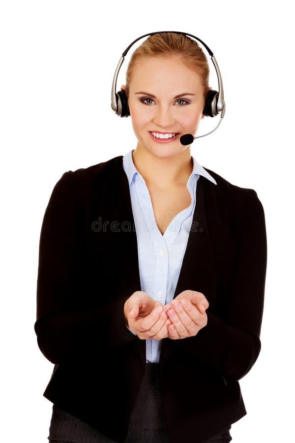 Ung affärskvinna i copyspace eller något för hörlurar med mikrofon hållande royaltyfri fotografi