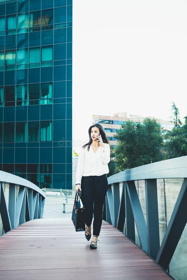 Ung affärskvinna i en stad fotografering för bildbyråer