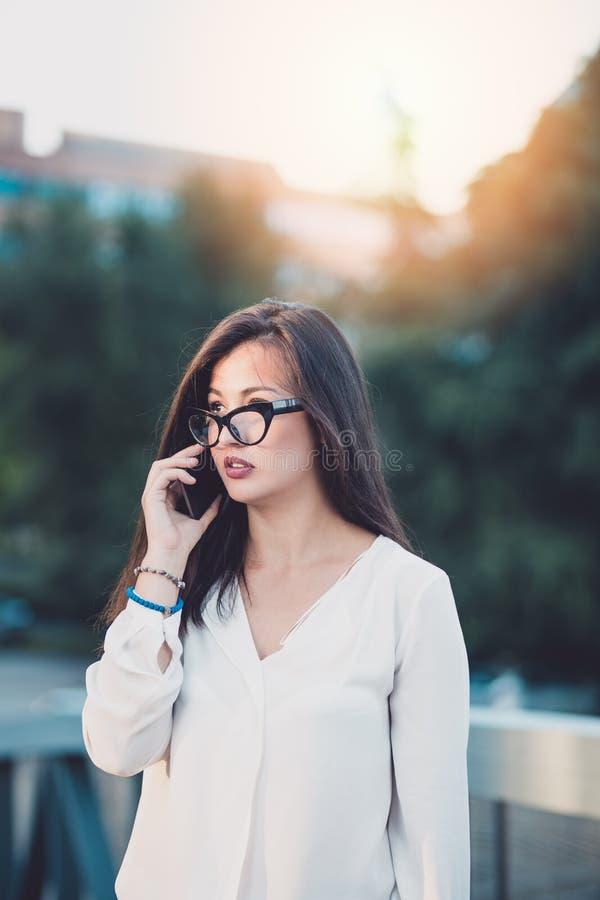 Ung affärskvinna i en stad royaltyfria bilder