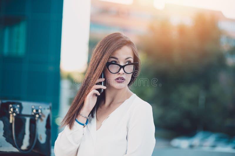Ung affärskvinna i en stad royaltyfri foto