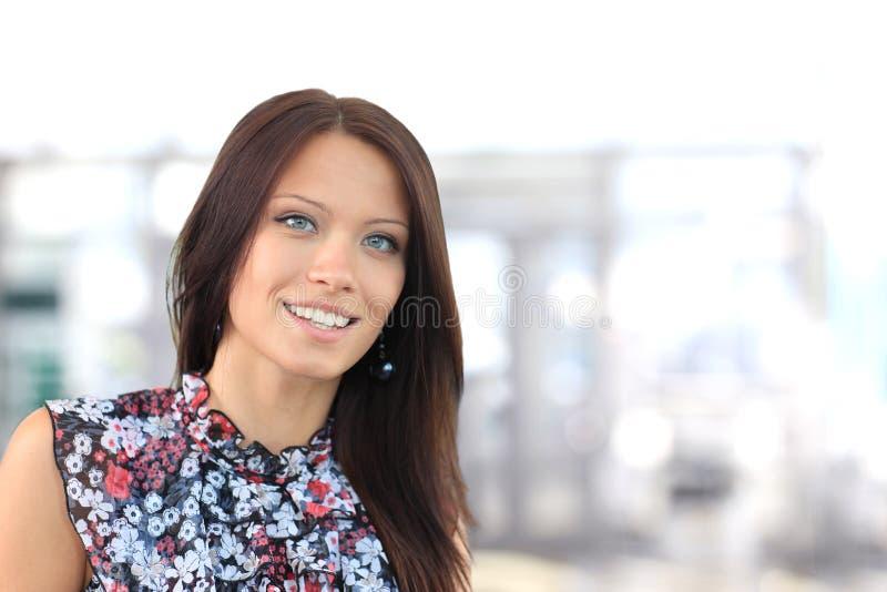 Ung affärskvinna i ett kontor royaltyfria foton