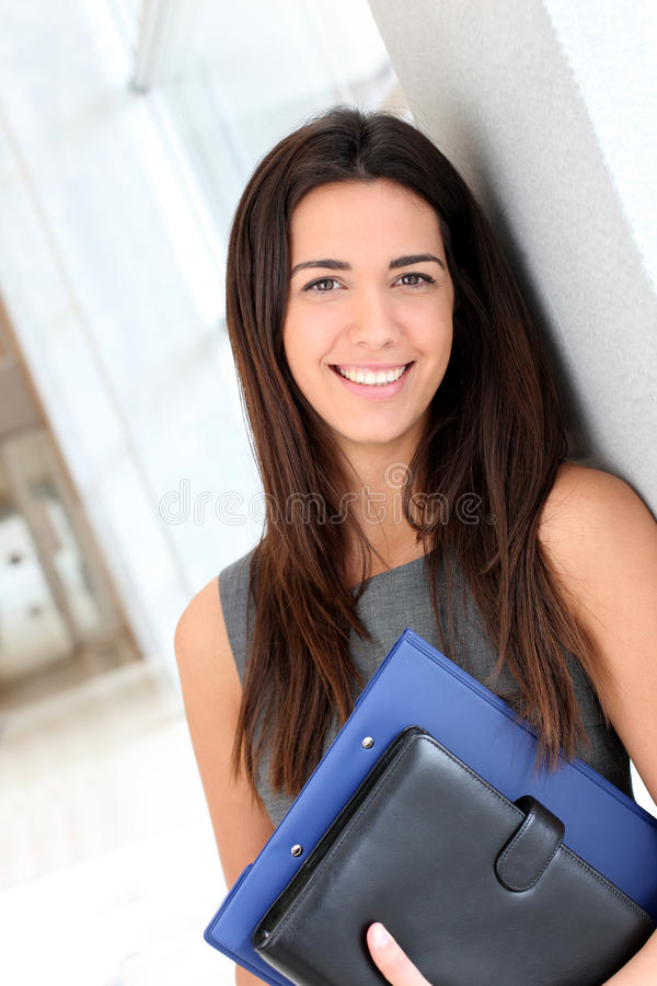 Ung affärskvinna i hall royaltyfri bild