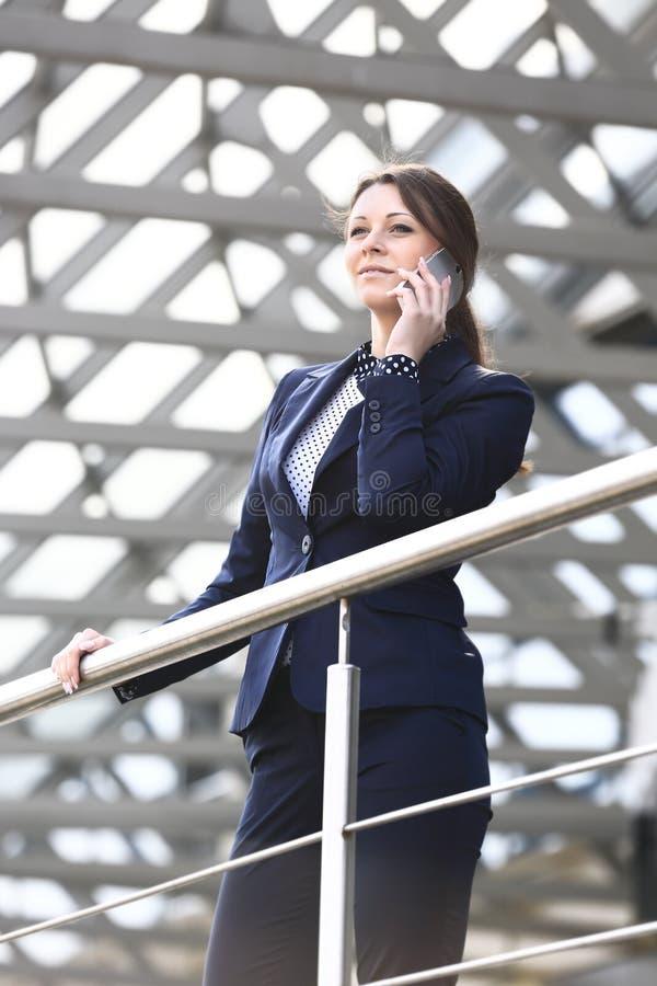 Ung affärskvinna i storstaden royaltyfria bilder