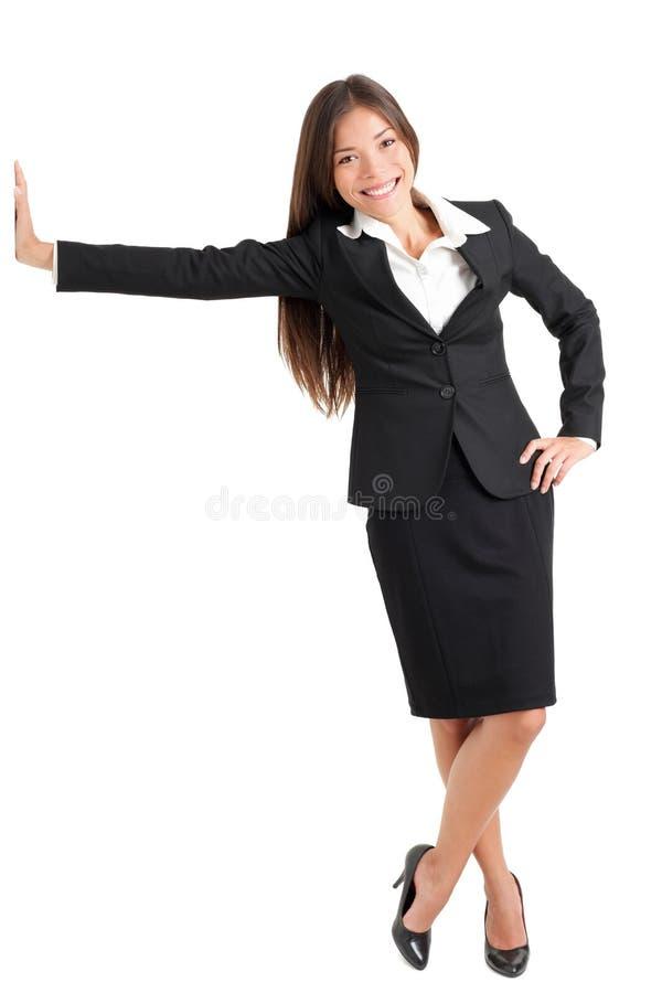 Ung affärskvinna Leaning On Wall royaltyfria foton