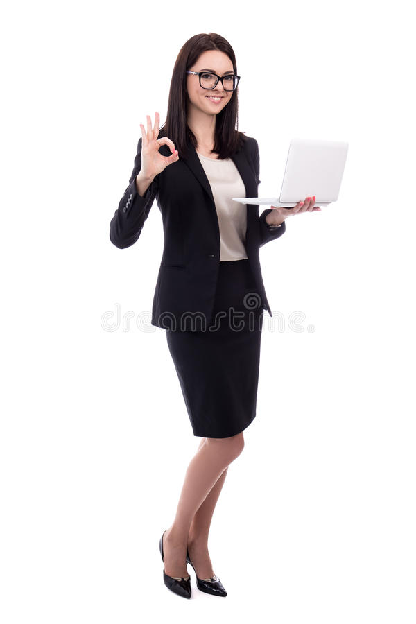 Ung affärskvinna med bärbara datorn som visar det ok tecknet som isoleras på whi royaltyfria foton
