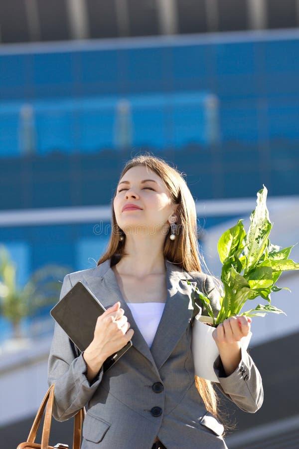 Ung affärskvinna med blomman arkivfoton