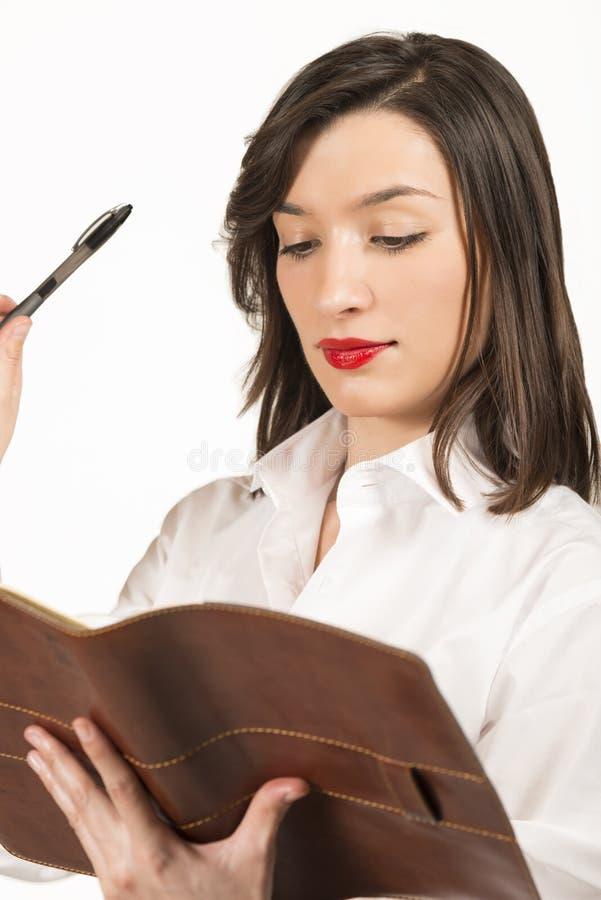 Ung affärskvinna med dagordningen royaltyfri bild