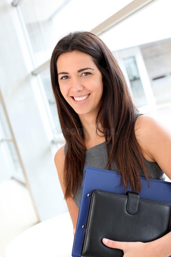Ung affärskvinna med dagordningen arkivfoton