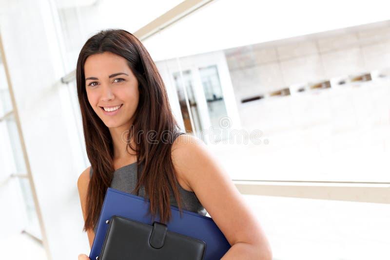 Ung affärskvinna med dagordningen royaltyfria bilder