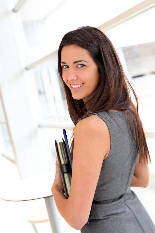 Ung affärskvinna med dagordningen fotografering för bildbyråer