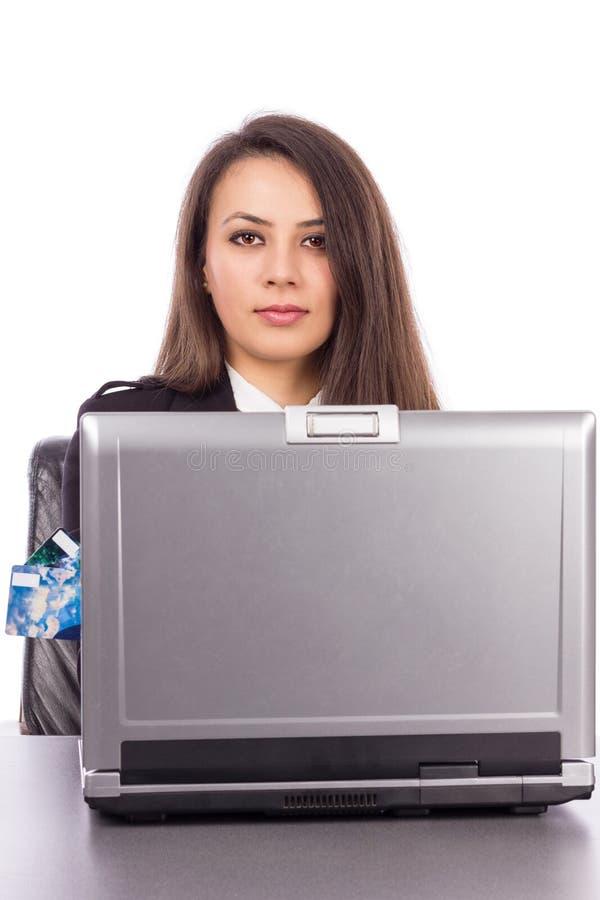 Ung affärskvinna med kreditkorten och bärbara datorn royaltyfri fotografi